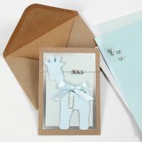 Dåbsinvitation med giraf i karton og bogstavperler