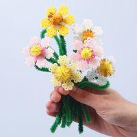Blomster af rørperler og chenille med pomponer