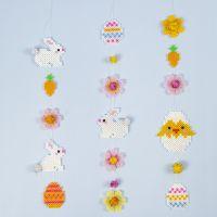 Påskeguirlande af rørperler med påskeharer, påskeæg, blomster og påskekylling