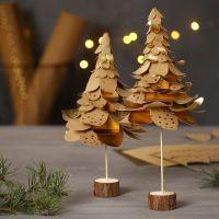 Juletræer af udstanset læderpapir i lag på lag