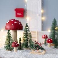 Nissen henter juletræ til sin nissedør