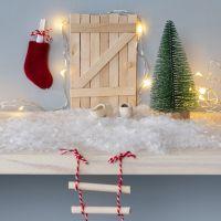Nissedør af ispinde med rebstige og julesok som postkasse