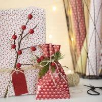 Julegaveindpakning med gren og kunstige bær