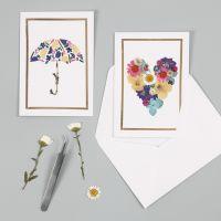 Kort med motiver lavet af tørrede blomster og ramme af dekorationsfolie