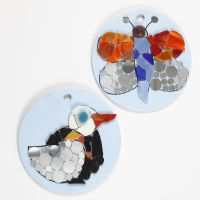 Mosaik figurer på runde platter af terrakotta
