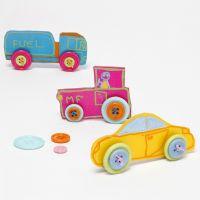 Bil af pyntet krympeplast med knapper som hjul