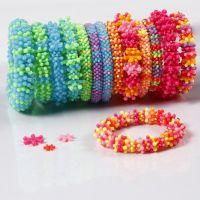 Regnbue armbånd af flade plastperler