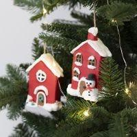Julehus af pap til ophæng pyntet med Foam Clay