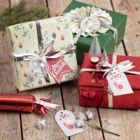 Gaveindpakning med julepynt