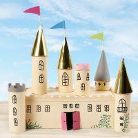 Slot af papkasse og paprør dekoreret med hobbymaling