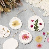 Ophæng af papmaché pulp dekoreret med tørrede blomster