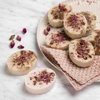 Hjemmelavet sæbe af shea med vanilje og rosenblade