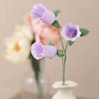 Klokkeformede blomster af crepe papir