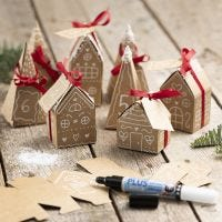 Julekalender af 24 små huse og træer i pap